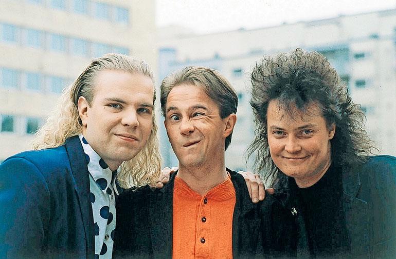 """Hannu """"Enzo"""" Pulkkinen (keskellä) on tullut tunnetuksi Hausmyllyyhtyeen laulajana. Kuva on vuodelta 1992."""