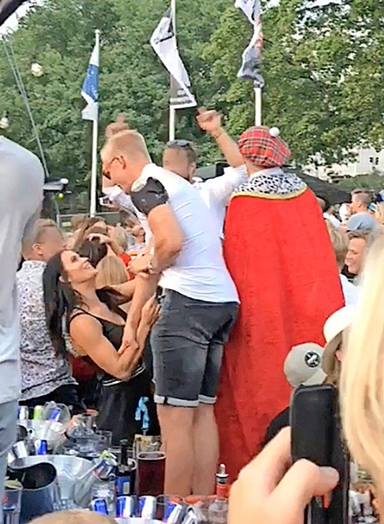 Martina Aitolehti kiinni Rasmus Ristolaisen paidassa.
