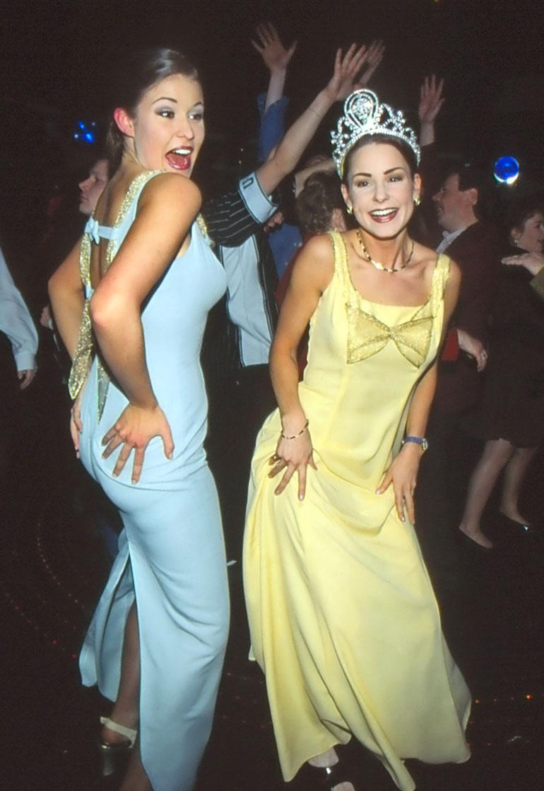 Miss Suomi vuosimallia 1997 Karita Tuomola (nyk. Tykkä) ja 2. perintöprinsessa Maria Drockila olivat yhtä hymyä kruunajaisten jälkeen.