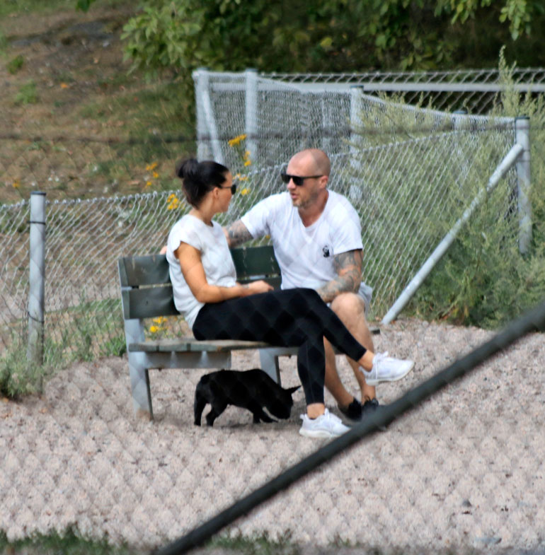 Hannes Hyvönen ja Netta Suikkanen koirapuistossa.