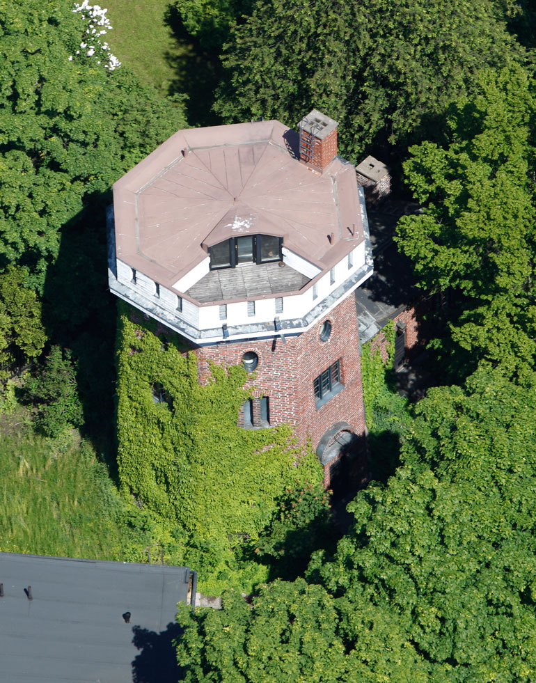 Villen talo sijaitsee Helsingin Munkkiniemessä.