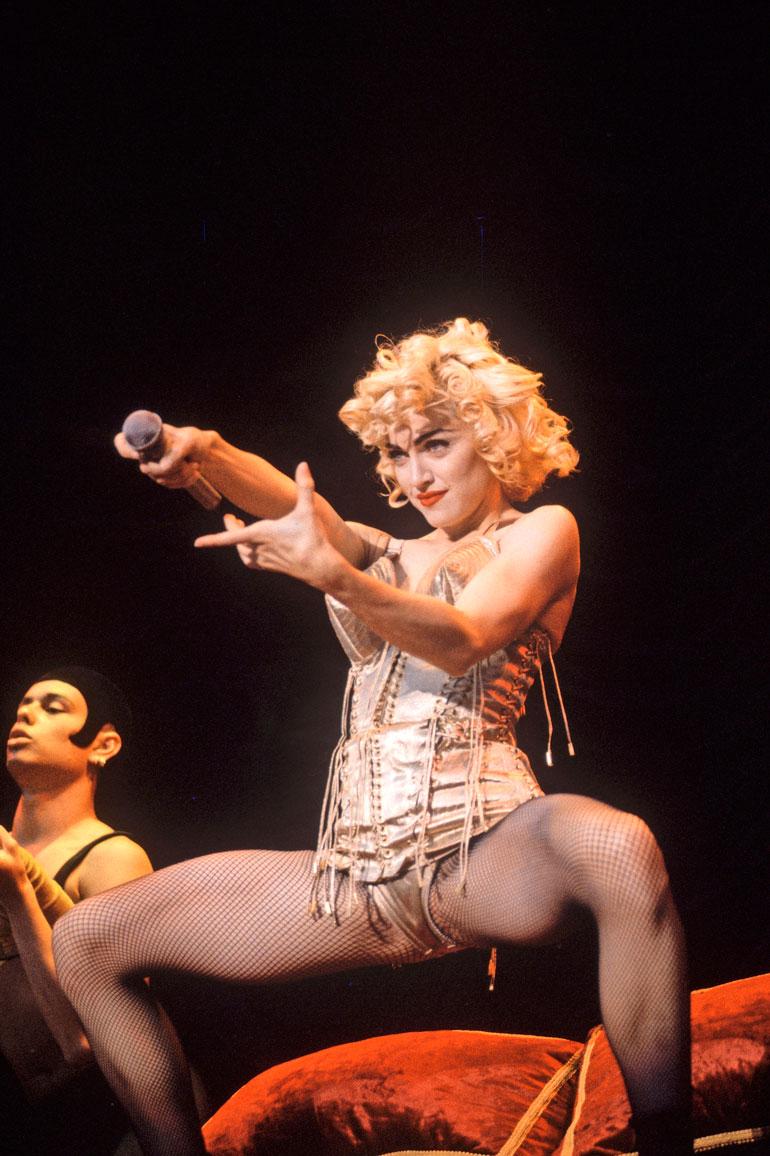 33-vuotias Madonna esitti lavalla itsetyydytystä Blond Ambition -kiertueella vuonna 1990, millä hän onnistui suututtamaan paavi Johannes Paavali II:n. Paavi kielsi Madonnan esiintymiset Roomassa.