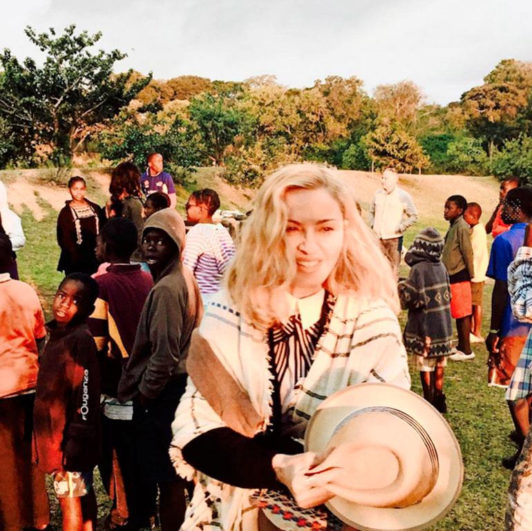 Laulaja on tehnyt paljon hyväntekeväisyystyötä Malawissa, minne hän on perustanut myös lastensairaalan.