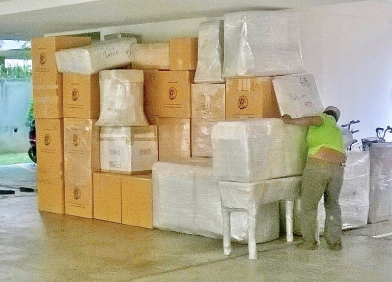 Muuttomiehet rahtasivat valtavaa määrää Siltsun omaisuutta Thaimaan Pattaylla.