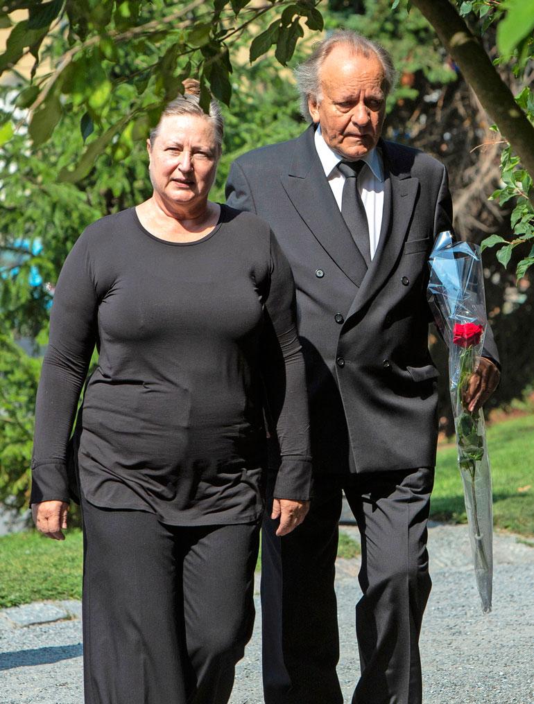 Esko Roine saapui hyvän ystävänsä hautajaisiin puolisonsa Ritva Jalosen kanssa. – Tapani oli upea näyttelijä, joka suhtautui rooleihinsa vakavasti. Hän keskittyi rooliinsa monta tuntia ennen näytöstä, eikä silloin halunnut puhua edes puhelimessa kenenkään kanssa. Työ oli Tapsalle kaikki kaikessa, Esko kertoi Seiskalle suru-uutisen jälkeen heinäkuussa.