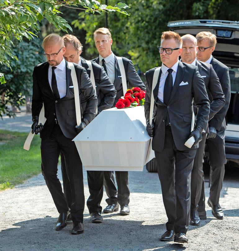 Tapani Pertun ruusuilla koristeltua arkkua kantoivat muun muassa näyttelijäystävät Jukka Puotila (vas. edessä), Juhani Laitala (Jukan takana) Petri Liski (oik. edessä), ja Turkka Mastomäki (Petrin takana).