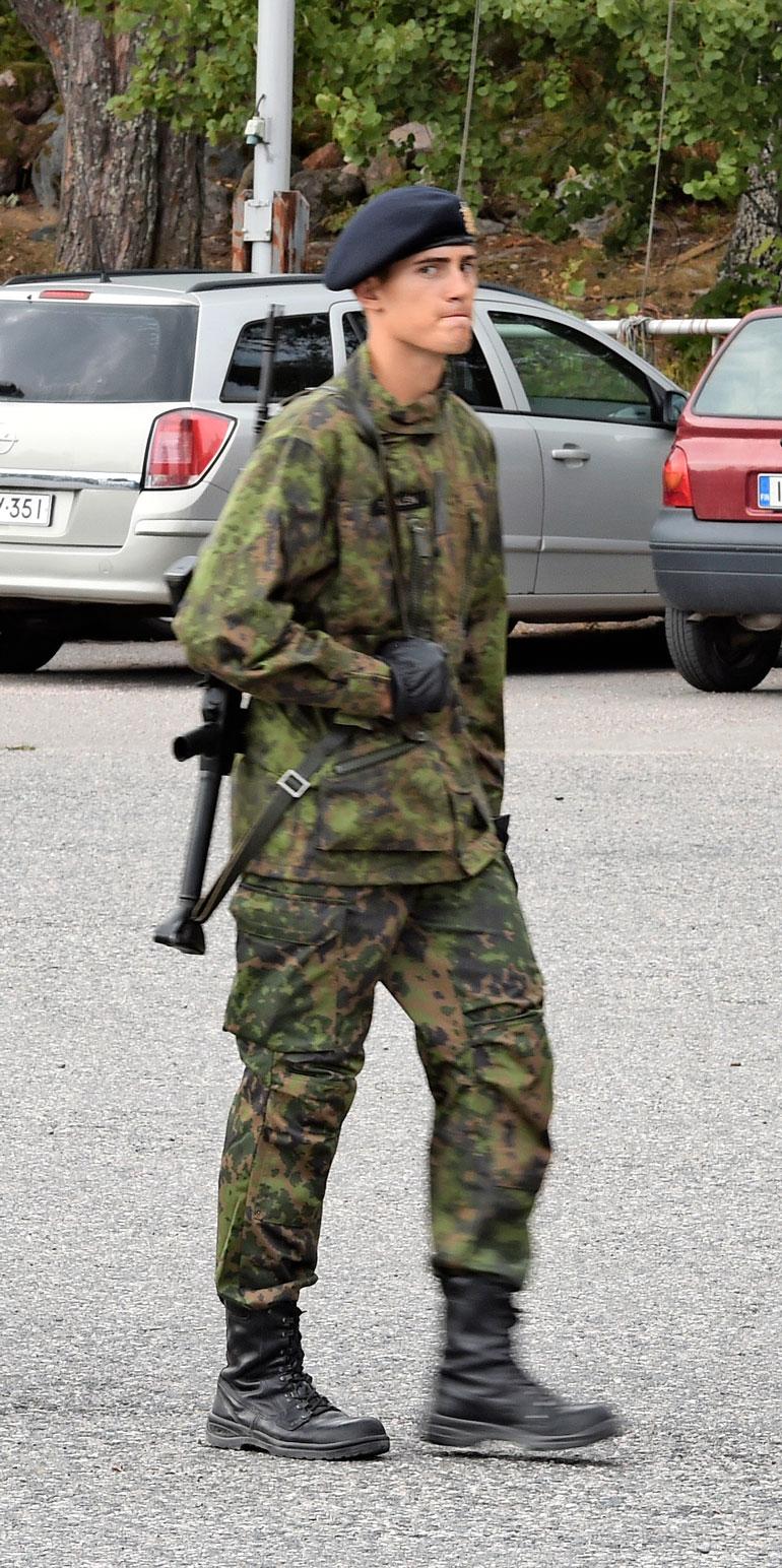 Robin marssi aseenluovutukseen päättäväinen ilme kasvoillaan.