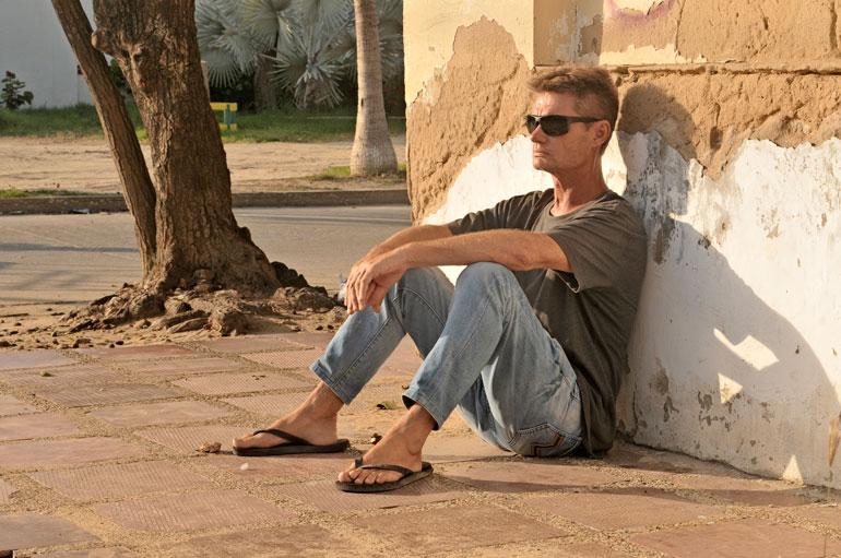 Päivät kuluvat kadunkulmassa istuen.  – Jokainen päivä on selviytymistä.