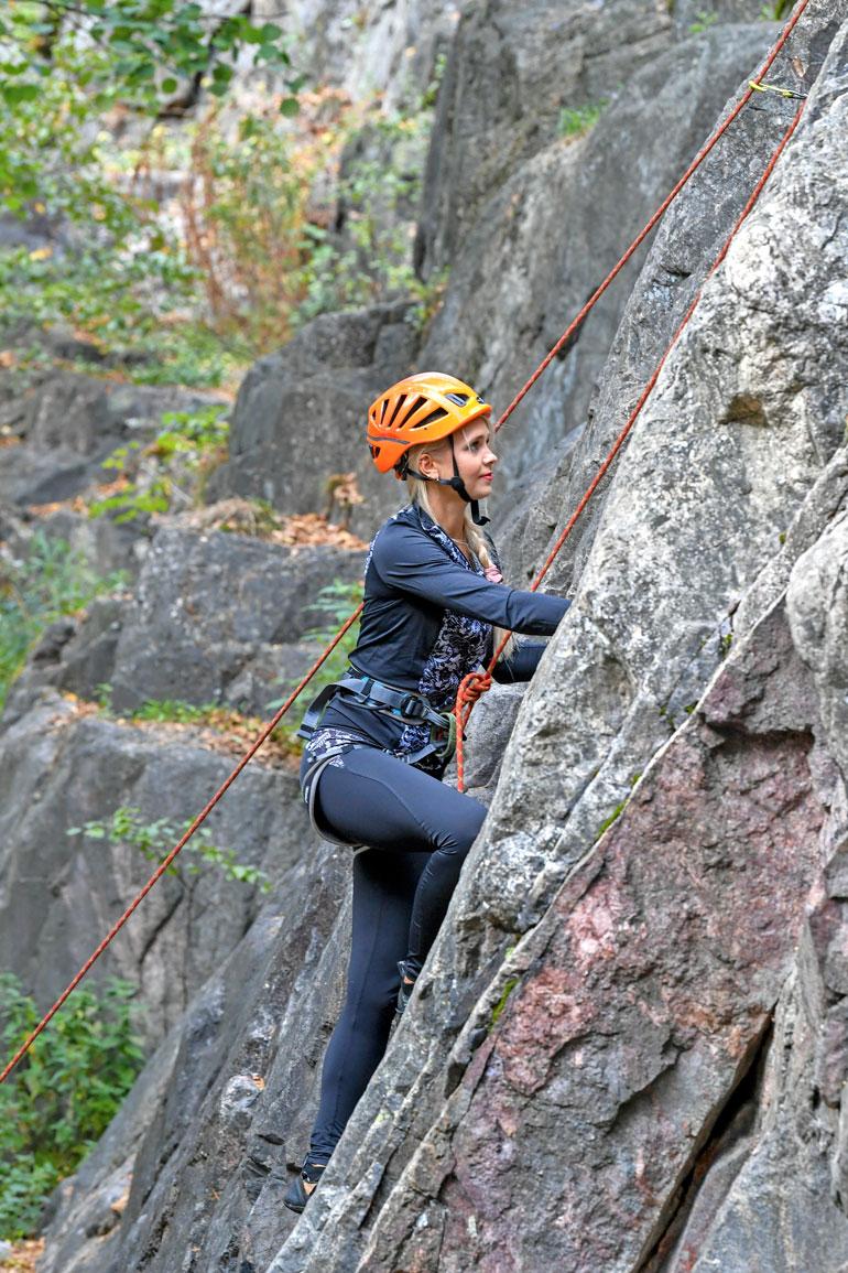 Yhä korkeammille huipuille hamuava Lotta tiedostaa vuorikiipeilyn riskit. – Jos haluaa säilyä hengissä, huipulle ei nousta, jos siihen sisältyy pientäkään riskiä kivi- tai lumivyöryistä. Riskit pyritään minimoimaan täydellisesti.