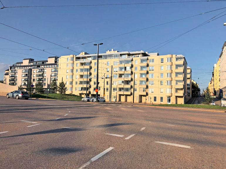 Laura asuu modernissa kerrostalossa Helsingin keskustassa.