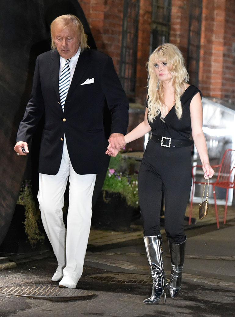 Erika talutti Dannyn pois ravintola Sipulista ja paineli itse takaisin juhliin.