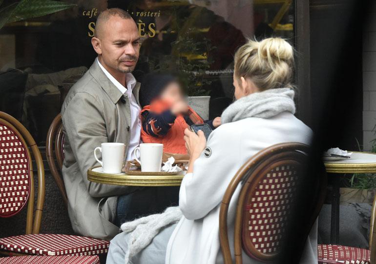 Maukka ja Emilia kahvilan terassilla