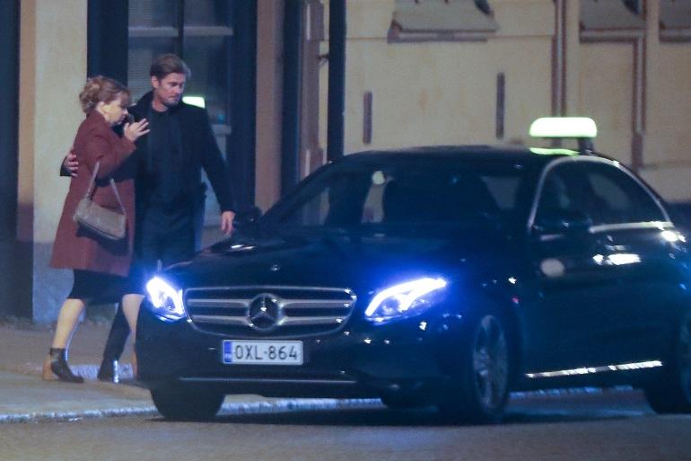 Tommi auttoi Elinan taksiin.