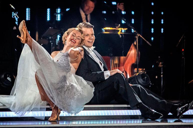 Kia Lehmuskoski ja Hannes Suominen tanssiparketilla.