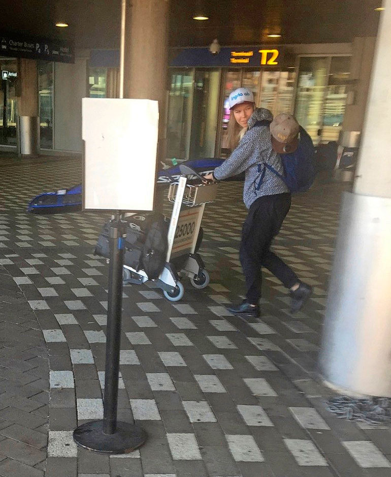 Julia Kykkänen lentokentällä.