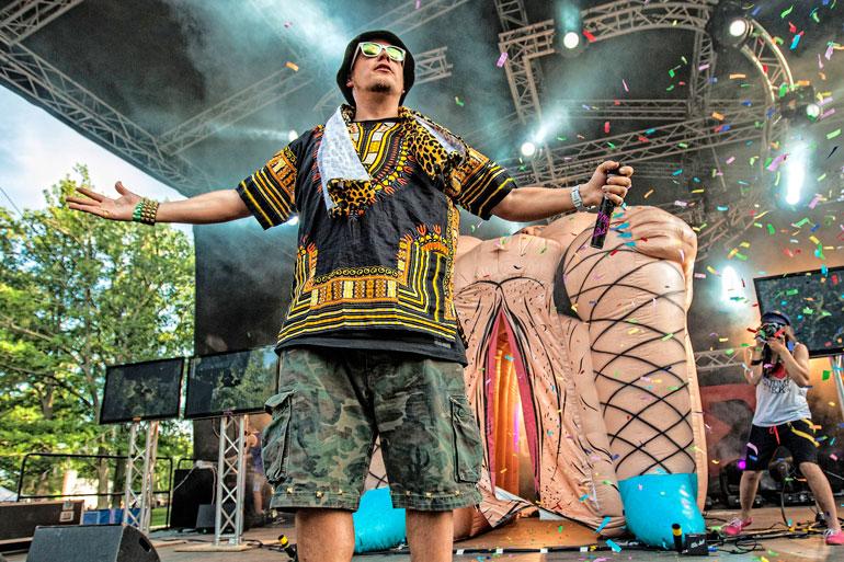 Petri on rikkonut hävyttömyydellään rajoja live-esiintymisisään. Kesällä 2012 Nygårdin keikoilla nähtiin lavalla valtava, puhallettava vagina, josta räppäri asteli estradille.