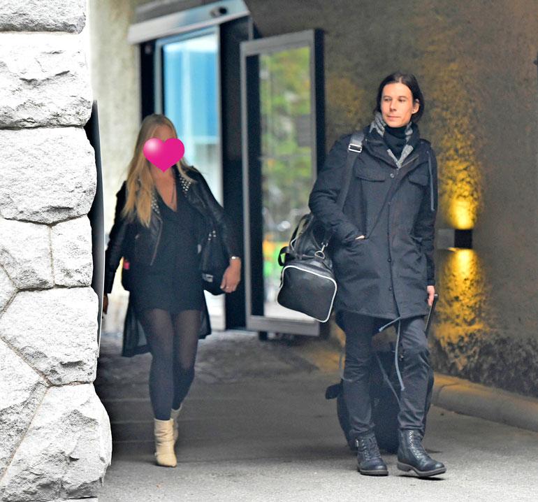 Paparazzi näki parin poistuvan yhdessä hotellista puoliltapäivin.