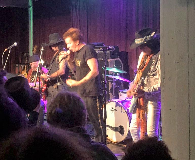 Andy McCoy Pelle Miljoona Oy:n kitaristina.