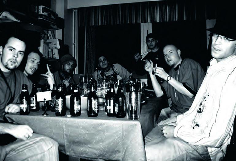 arvinainen kuva 7 Veljeksestä vuodelta 2004 Mikkelin Vaakunan takahuoneessa. Tasis, Asa, Jussi Valuutta, Elastinen, Uniikki, Iso H ja Andu.