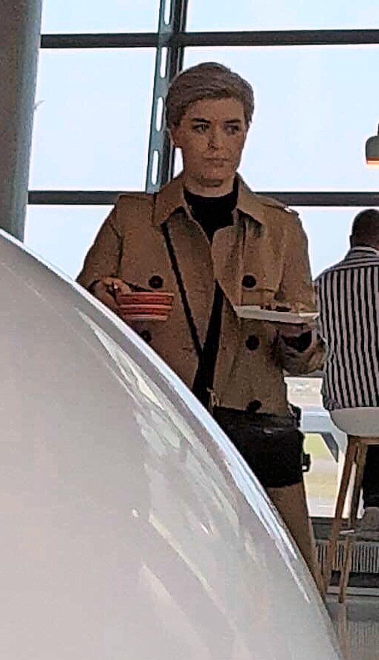 Susanna Koski lounasti lentokentällä.