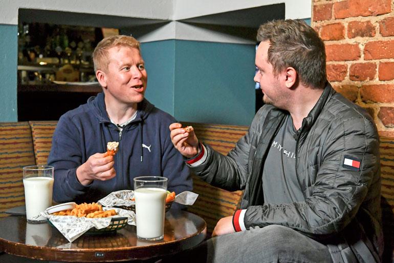 Henry's Pubin siivet olivat vertailtavista annoksista miedoimmat. – Näitähän on nautinto syödä, Lateksituppi kehaisi.