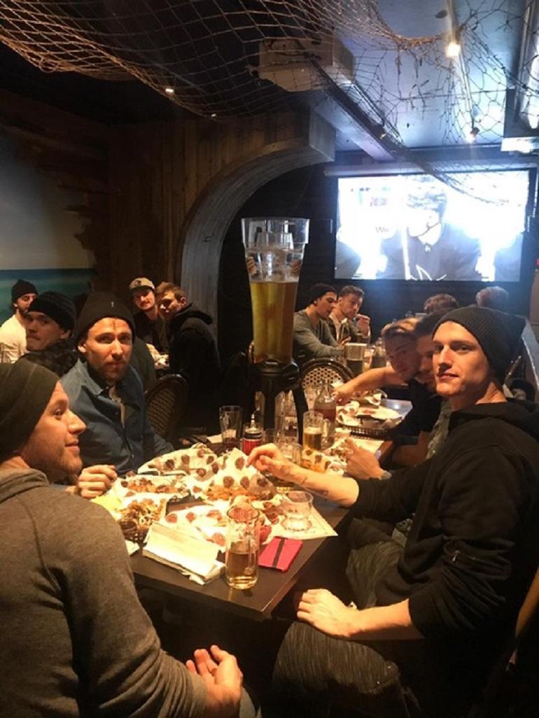 Jets-pelaajat illallisella Hookissa.