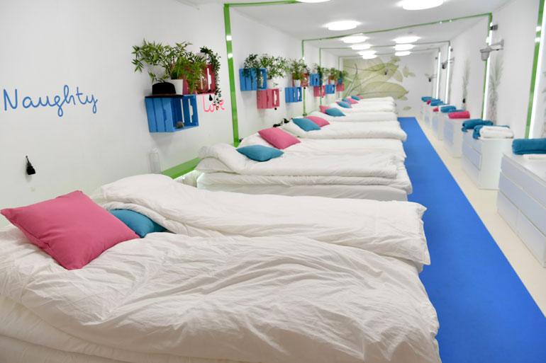 – Formaattiin kuuluu, että kaikki sinkut nukkuvat yönsä samassa huoneessa, ohjelman pääohjaaja Sami manninen kertoo.