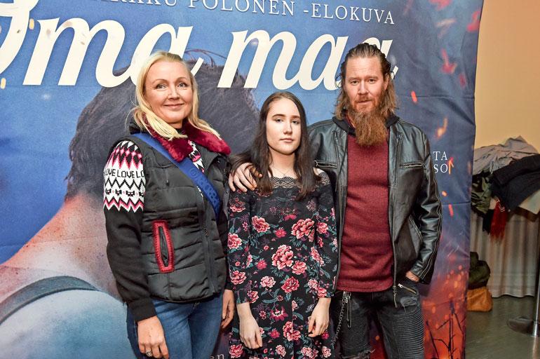 Jouni saapui Oma maa -elokuvan ensi-iltaan näyttelijävaimonsa Mari Perankosken ja tyttärensä Vilja Hynysen, 14, kanssa.