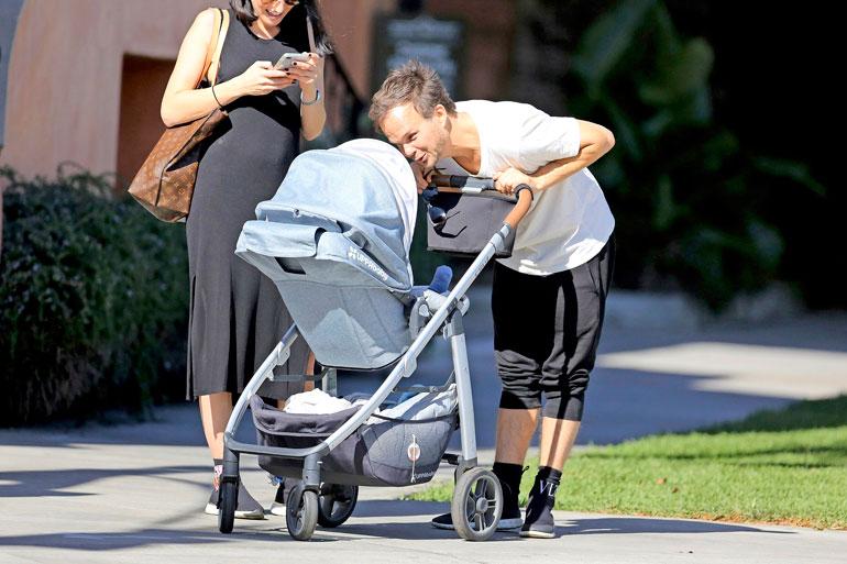 Lauri nauratti pientä poikaansa, kun tämä istui rattaissa.