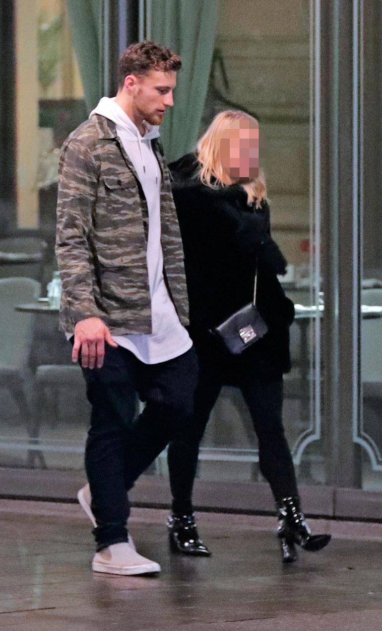 Jets-maalivahti Laurent Brossoit suunnisti hotelli Kämpiin kuvankaunis blondi käsipuolessaan.