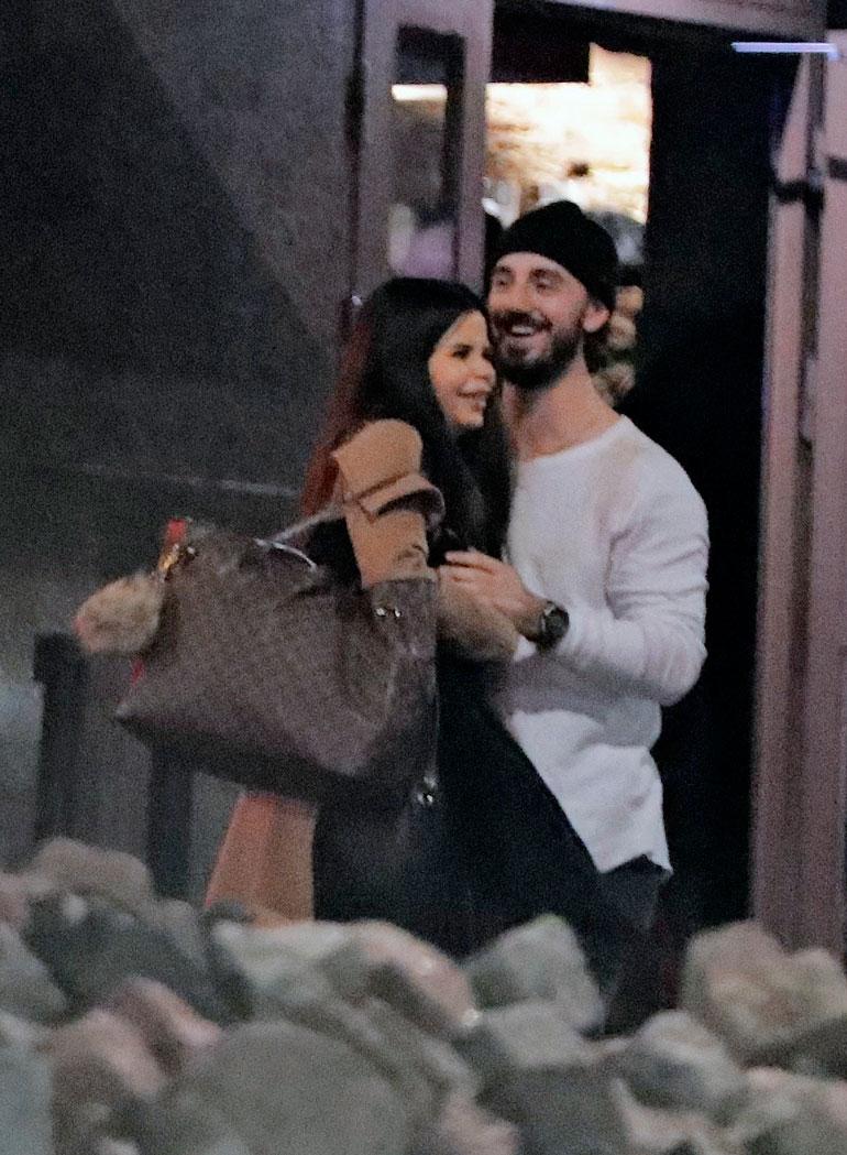 Nic kaappasi ihastuksensa syleilyynsä baarin ulkopuolella.