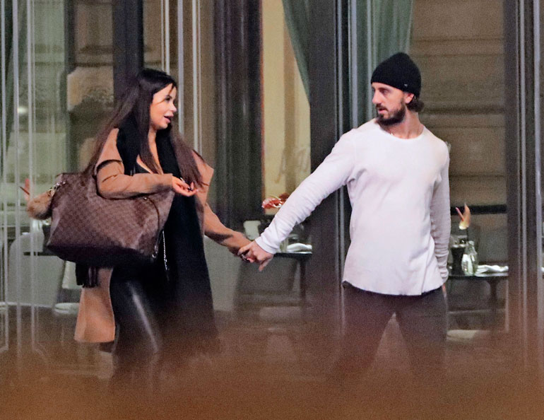 Nic tarrasi Tyttiä kädestä, kun pari harppoi kohti Kämp-hotellia.