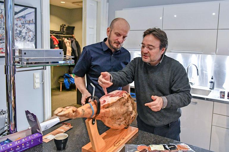 Ilmakuivatun kinkun leikkaaminen on oma taiteenlajinsa. Siksi Hans kutsui espanjalaisen Jésusin opettamaan henkilökuntaa lihan saloihin.
