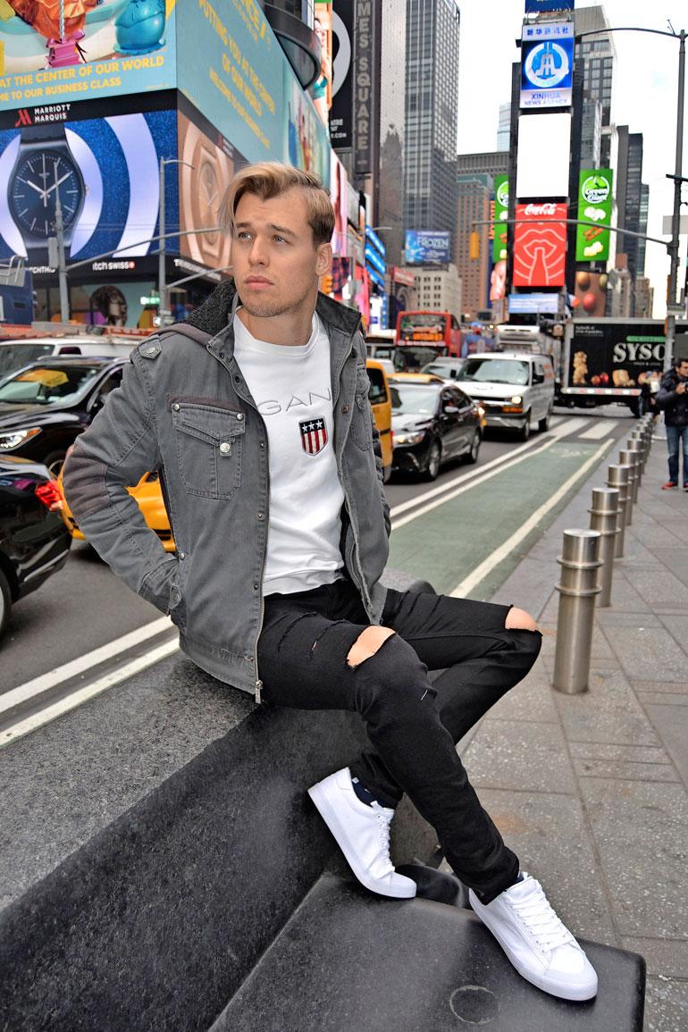 Times Square tarjosi vilkkaan urbaanimiljöön portfoliokuvien taustaksi.