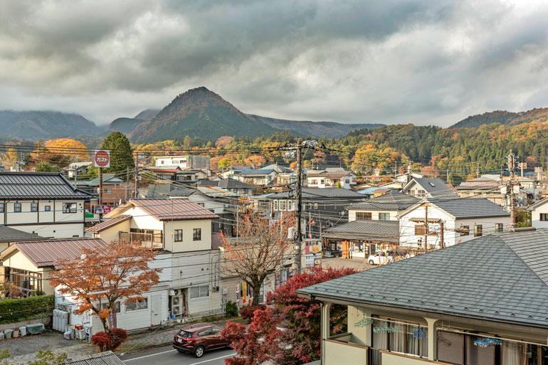 Joonas asuu 80 000 ihmisen asuttamassa Nikossa. – Tokio on kaupunkina enemmän minun mieleeni, Alina kertoo.