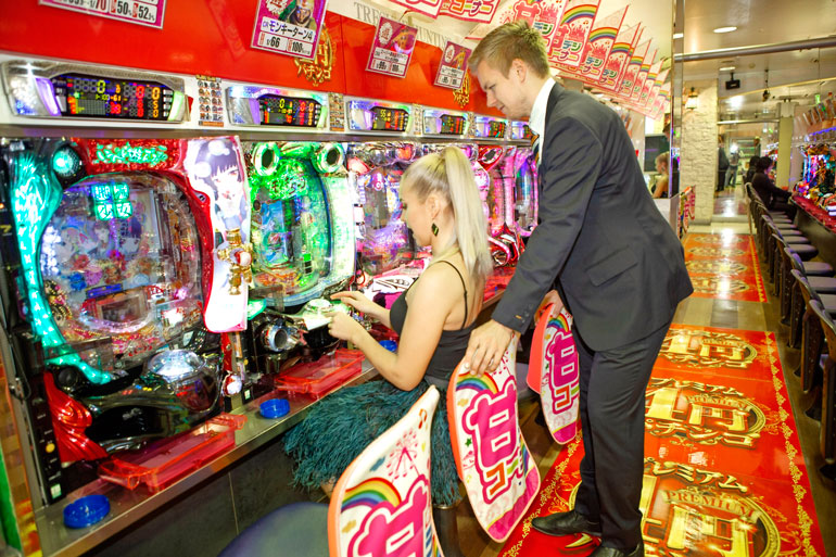 Pari tutustui myös Japanin valtaviin pelihalleihin. – Näitä on täällä joka kadunkulmalla.