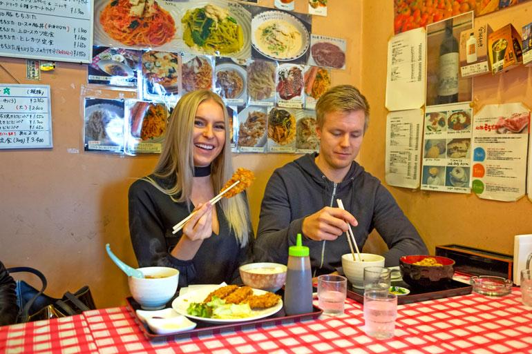 Joonas vei Alinan kantapaikkaansa illalliselle. – Riisiä ja nuudelia tuli syötyä päivittäin, Alina toteaa.