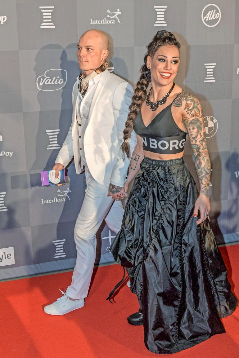 Eva ja Niklas tapasivat nyrkkeilysalilla kummankin ollessa vielä parisuhteessa. Seurustelu alkoi vuonna 2014 ja häät olivat syksyllä 2016. Eva otti sukunimekseen Räsäsen, mutta esiintyy nyrkkeilyjulkisuudessa tyttönimellään Wahlström.