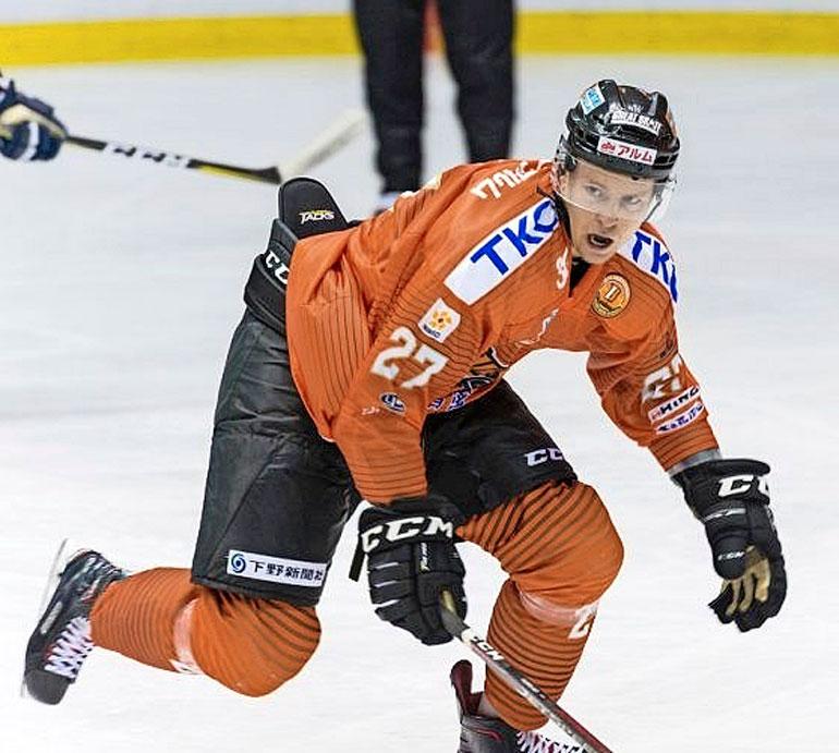 Japanilaiskiekon taso yllätti Joonaksen. – Maalivahtimme on pelannut NHL:ssä neljä peliä, ja jokainen osaa luistella tosi hyvin, Joonas sanoo. – Hyvät reisilihakset, Alina nauraa.