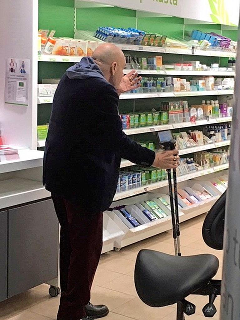 Remu Aaltonen apteekissa.