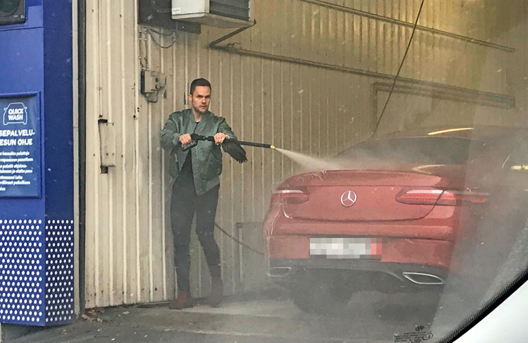 Ronny Roslöf pesi autoa.