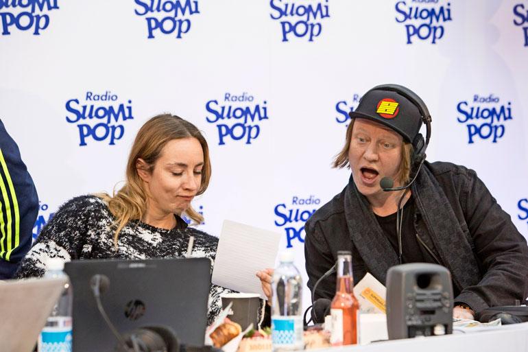 Annin kokkaus-into on tullut tutuksi myös Radio Suomi-Popin Aamulypsyn kuulijoille. – Jaajo (kuvassa) ja Juha inhoavat gazpachokeittoa, jota kokkasin heille aikanaan Neljän tähden illalliset -ohjelmassa.