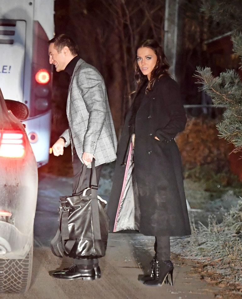 Pari saapui salajatkoille Edisin Mersulla, jonka puikoissa oli autonkuljettaja.