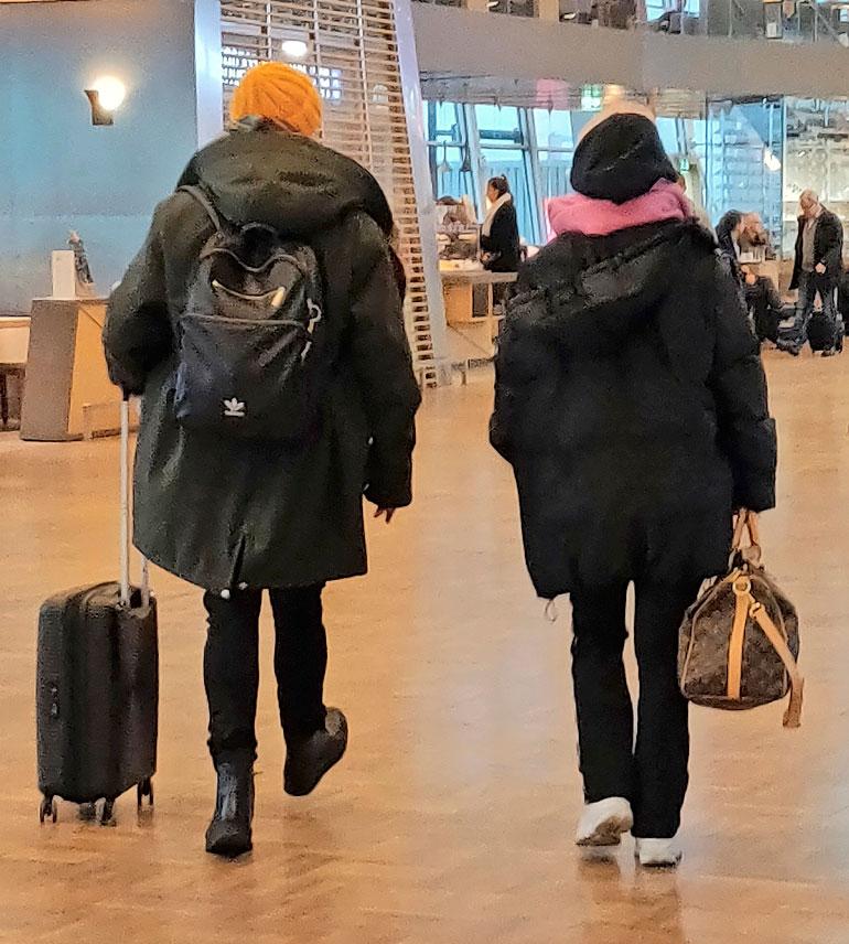 Ellinoora ja Samuli lentokentällä.