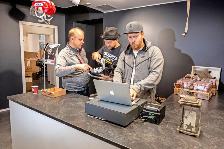 Yrittäjä Jyri Penttilä oli mielissään tulipalon jälkeen saamastaan tuesta, joka huipentui viime viikolla Hockey Corner -liikkeen uudelleenavaamiseen. Myyjinä asiakkaita ilahduttivat muun muassa Niklas Hagman ja Heikki Paasonen.