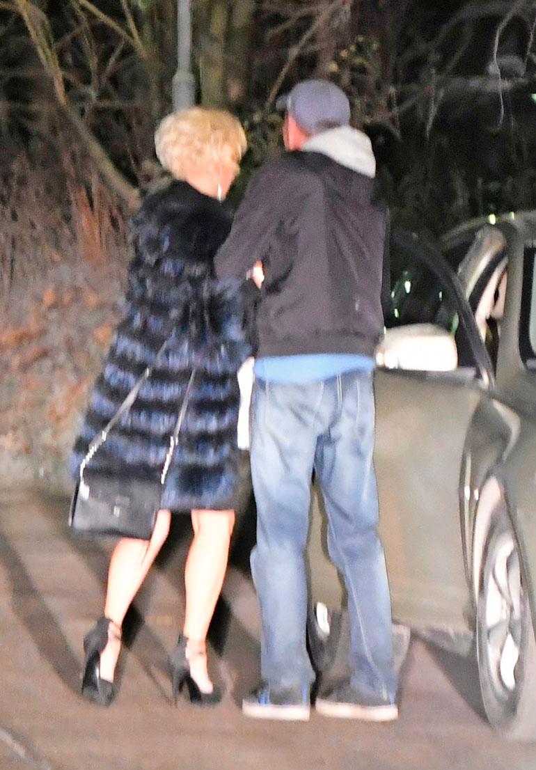 Mies joutui taluttamaan Helenan autolle.