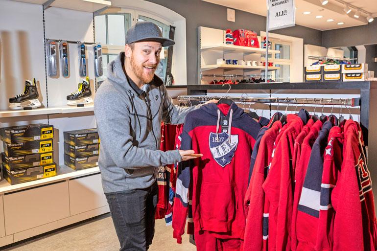 Heikki Paasonen löysi liikkeen valikoimasta suosikkijoukkueensa Helsingin IFK:n fanirekvisiittaa.