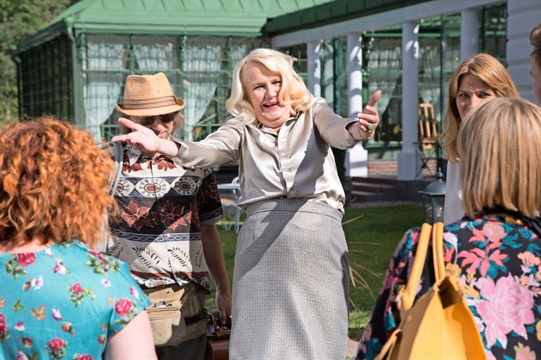 Swingers-elokuvassa Miitta esittää parinvaihtoleikkejä järjestävän kartanon emäntää.