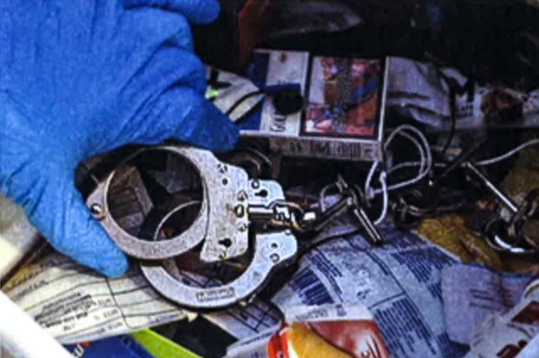 – Käsiraudat olivat arvokkaat. Siksi otin ne pois kuolleelta, miessyytetty kertoi kuulusteluissa kotoaan löytyneistä käsiraudoista.