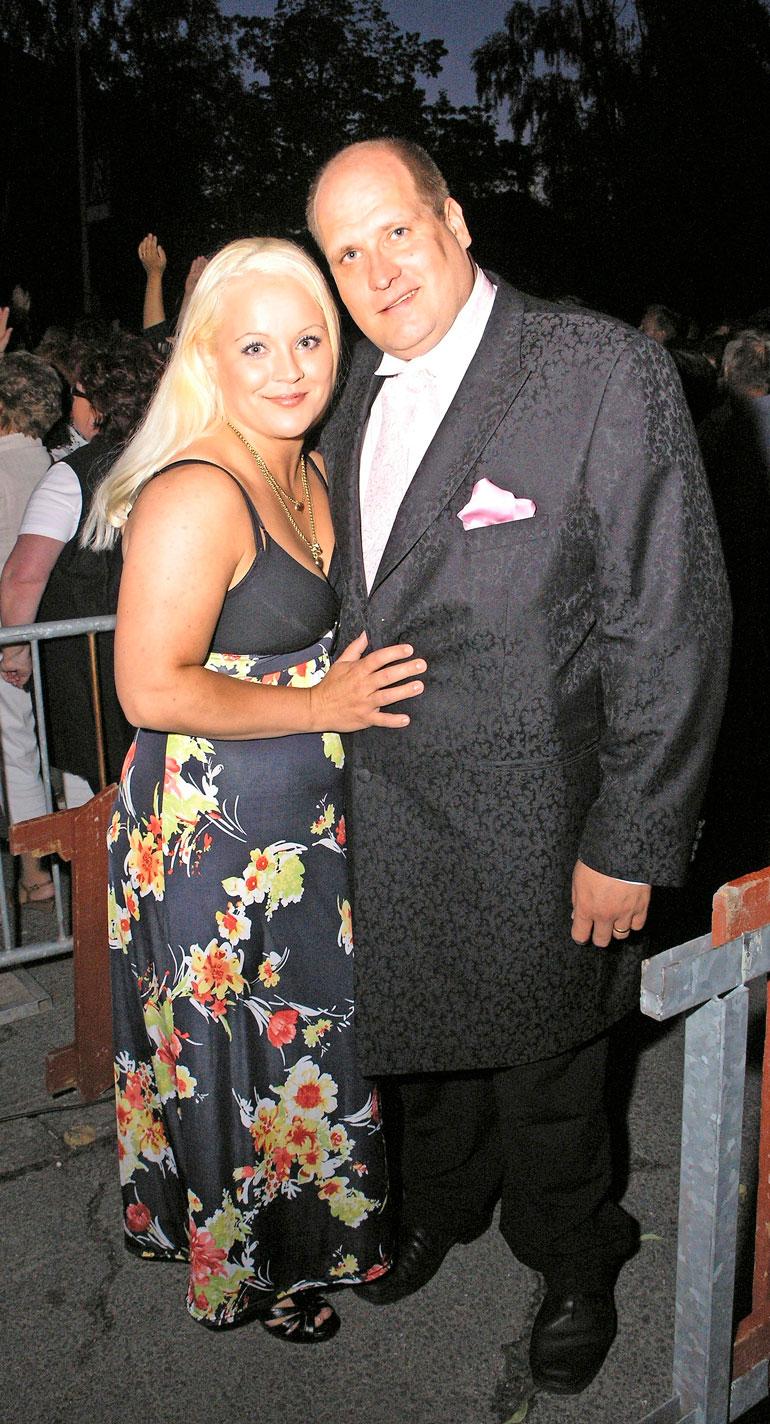Heidi Pakarinen erosi lastensa isästä, ex-tangokunigas Mika Pohjosesta vuonna 2015. Suhteen päättymisen jälkeen hän oli vuoden kihloissa laulaja Heikki Koskelon kanssa. Kihlaus purkautui vuonna 2017.